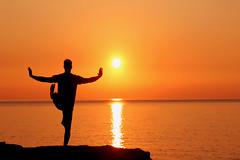 Al Dio dei Vikinghi (meghimeg) Tags: 2018 bordighera alba sunrise mare sea sole sun controluce backligh bono ragazzo boy ginnastica gym acqua water man