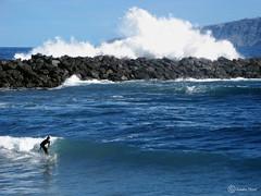 Surfista con ola en Tenerife (Sandra Nistal) Tags: paisaje naturaleza nature landscape surf surfista ola rompe océano atlántico tenerife islas canarias mar agua azul gente ocean sea people