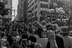 reflejo involuntario (Momoztla) Tags: mexico momoztla multitud personas calavera dia muertos desfile blanco y negro reflejo mujer celular movil