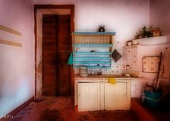 Pesadilla en la cocina (Perurena) Tags: cocina kitchen casa house abandono pesadilla nightmare muebles furnitures decay luces sombras lights shadows urbex urbanexplore