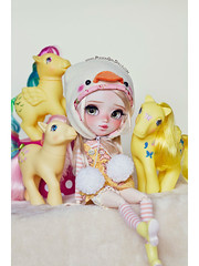 Togepi loves yellow ponies ♥ (-Poison Girl-) Tags: pullip pullips custom customs mei 2018 for adoption fa poisongirlsdolls poisongirldolls poison girl tan tanned skin skintone pink hair wig long wavy waves fringe bangs eyes eyechips green handmade handpainted repaint repainted paint realistic blush nose carving carved mouth lips freckles pecas sculpt sculpted eyeshadow eyebrows eyelashes makeup faceup sweet cute natural kawaii japan collector junplanning groove grooveinc pony ponies mylittlepony posey skydancer dancing butterflies