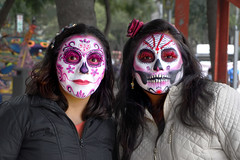 Las Hermanas Muertas (Seeing Visions) Tags: 2018 mexico mx mexicocity ciudaddeméxico cdmx paseodelareforma megaprocesióndelascatrinas diadelosmuertos facepainting skull catrina female women portrait raymondfujioka