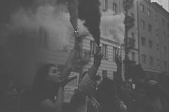 (Aleksander Kalka Photographiti) Tags: varsaviawarschausmokeprotesterkisspolicemendemonstrationabuseofpowerpolicewarsaw 09082018nikonf100nikkor35mmf2drolleisuperpan200 f2 d rollei analog rodinal agfa spezial r09 fumogeno raca dymna demonstracja manifestazione