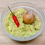 Guacamole Avocado Dip - Brotaufstrich in Schälchen mit roter Chili und Aocadokern thumbnail