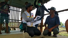 Die Helfer von Karina (Caritas Indonesien) kümmern sich intensiv um die Opfer der Katastrophe (Caritas international) Tags: katastrophe seebebentsunami erdbeben hilfsaktion donggola sulawesi indonesien idn