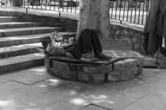 homeless (samarrakaton) Tags: 2018 madrid samarrakaton nikon d750 2470 verano summer gente people urbana urban callejera street byn bw blancoynegro blackandwhite monocromo