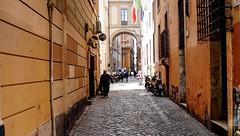 Via dei Giubbonari (Raúl Alejandro Rodríguez) Tags: calle street cobbles adoquines bandera flag arco arch farola streetlight roma rome italia italy