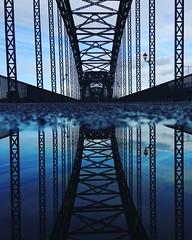 Alte Süderelbbrücke (Elbmaedchen) Tags: altesüderelbbrücke elbbrücke harburg wilhelmsburg hamburg hamburgerhafen brücke bridge steel steelbridge wasserspiegelung spiegelung reflektion reflection blaue pfütze architektur architecture