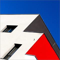 Rennes - Rue de la Motte Brulon (Hervé Marchand) Tags: rennes 2018 bretagne illeetvilaine immeuble couleurs primaires rouge bleu ligne details diagonal abstract minimal fenetre