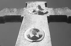 TiMe. (WaRMoezenierr.) Tags: begraafplaats hansweert reimerswaal zeeland nederland pays bas woman cross kruis rk rip cemetry zwart wit black white negro blanco schwarz weiss panasonic lumix photo