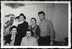 Archiv R336 Familie im Wohnzimmer, 1950er (Hans-Michael Tappen) Tags: archivhansmichaeltappen wiederaufbau fotorahmen neubau 1950s 1950er neubauten architektur baustil
