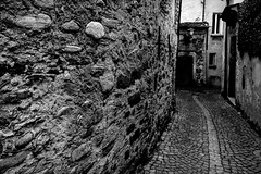 Vicolo San Omobono (Bephep2010) Tags: 2018 7markiii alpha ascona frühling gasse ilce7m3 sel28f20 schweiz sony switzerland tessin ticino vicolosanomobono alley black narrow schmal schwarz spring weiss white ⍺7iii ch