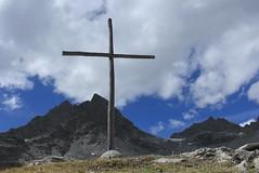 croix à la cabane de Prafleuri (bulbocode909) Tags: valais suisse prafleuri croix montagnes nature nuages rosablanche paysages vert bleu hérémence valdhérémence cabanedeprafleuri groupenuagesetciel