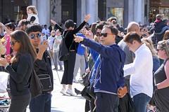 People in Venice (Vanilla55555) Tags: venice venezia venedig menschen leute strasenfotografie streetphotography zeiger zeigen pointing markusplatz