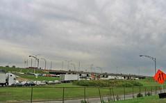 On aurait mieux fait de rester à la maison... (Robert Saucier) Tags: montréal montreal ciel sky nuages clouds camions trucks vert green orange lampadaire lamps autos cars img7939 embouteillage trafficjam