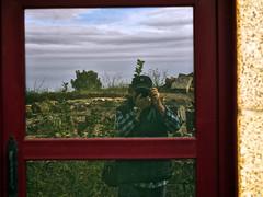 Capturando el momento (Luicabe) Tags: airelibre cabello cristal enazamorado espejo exterior fotografía gente humano instantánea luicabe luis naturaleza ngc persona puerta reflejo retrato yarat1 zamora