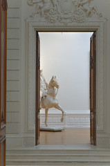 Série musée (Adenor Wood) Tags: nantes musée statue painting white peaceful place door frame wood woman ambiance