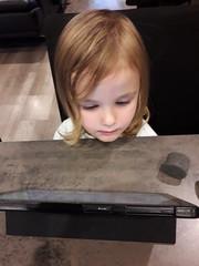 20181011_185744 (Benoit Vellieux) Tags: couch ipad enfant child kind fille girl mädchen jeune young jung tablet pyjama pajamas canapé sofa settee tablette