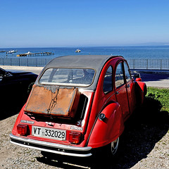 Baratti, Toscana - Citroën 2CV (pom'.) Tags: panasonicdmctz101 april 2018 italia italy toscana tuscany piombino livorno golfodibaratti baratti marligure mediterraneo mediterraneansea europeanunion 100 2cv citroën2cv citroën vintagecar red 200