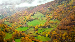 Huele a otoño (A. del Campo) Tags: otoño monte colores landscape fields prados cabaña cabin clouds hills nubes asturias spain
