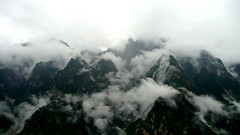 Cloud Atlas of the Leaping Tiger (Eye of Brice Retailleau) Tags: angle beauty composition landscape nature outdoor paysage perspective scenery scenic view extérieur mountain mountains montagne wide cloud clouds cloudy cloudscape nuages trek trekking hiking asia asie china chine yunnan tiger leaping gorge peaks dark