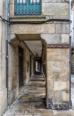 Tienda y esposición de cerámica Sargadelos en Santiago de Compostela (Fotgrafo-robby25) Tags: acoruña callesycallejuelas españa galicia lugares santiagodecompostela sonyilce7rm3 soportales