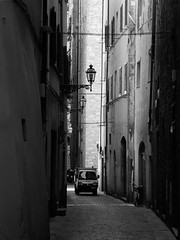 Douce lumière (objet introuvable) Tags: blackandwhite bw noiretblanc nb firenze florence italie italy ruelle alley shadow ombre lumière light town ville urban urbain urbanlife monochrome street streetview rue