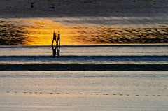 la memoria del agua (eduardo menéndez) Tags: sunset atardecer beach playa golden hour walking walkers caminantes reflejos reflection warm summer verano donosti couple pareja nature landscape