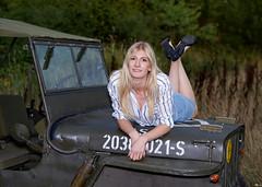 Porträt - Portrait 009 (Roger-Kersten) Tags: porträt portrait frau woman blondine blick blond jeep willys