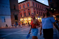 Voyage en Italie 2018   0798 (Distagon12) Tags: night nuit nightphoto notte noche wideaperture street sonya7rii summilux strada streetphoto light bologna bologne italy italia italie citybynight sony portrait girls