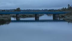 Jernbanebroen over Gudenåen i Randers i Den Blå Time