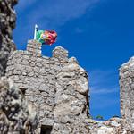 Burgturm mit portugiesischer Flagge thumbnail