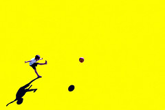 Energia (meghimeg) Tags: 2018 genova bimbo boy calcio kick football giallo yellow ombra shadow sole sun