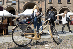 Bologna (Italy) - Mercatino antiquario di Piazza Santo Stefano (Massimo Battesini) Tags: bologna emiliaromagna italia it olympusem5markii olympus em5markii mzuikodigitaled124028 zuiko olympus1240mmf28 worldcitycenters market marché mercato bazar bazaar portici arcades soportales volte archi arch porticos piazza place square plaza bicicletta vélo bicycle biciclettes bicicletas biciclette bike bikes centrostorico zentrum centreville centromedievale centremédiéval medievalcenter centromedieval città ville city stadt town ciudad photographiederue streetphotography fotografiaderua photosdelavie escenacallejera italy italie portico mercatinoantiquario antiquariato brocante europe europa piazzasantostefano