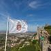 Flagge der Hofburg Castelo Dos Mouros mit den Burgmauern im Huntergrund