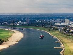 Der Rhein - in Düsseldorf (KL57Foto) Tags: 2018 düsseldorf germany herbst kl57foto nrw nordrheinwestfalen olympus omdm1 autumn oktober luftaufnahme rhein rhine schiff