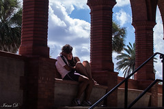 Love me tender (Irina1010) Tags: couple people light love tenderness flaglercollege saintaugustine florida october columns plants sky clouds architecture canon 2018 candid outstandingromanianphotographers