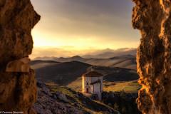 Tra le mura (SDB79) Tags: chiesa castello rocca calascio abruzzo montagna antico medioevo