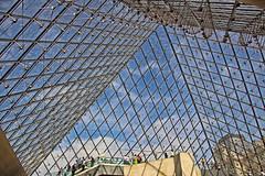 Pirámide del Louvre desde dentro, París (Miguelanxo57) Tags: arquitectura geometría pirámide pirámidedellouvre museodellouvre parís francia