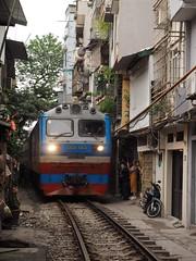 Vietnam ( Hanoi ) 2018 (hooge69) Tags: citytrain zug close travel hollidays olympus street train vietnam hanoi railway alley