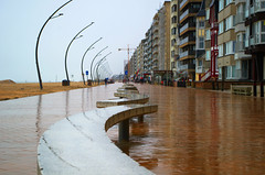 Des zigs, et des zags (Atreides59) Tags: belgique belgium beach plage sable sand ciel sky nuages clouds jaune yellow pluie rain pentax k30 k 30 pentaxart atreides atreides59 cedriclafrance