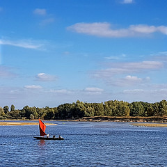 Sainte-Gemmes-sur-Loire, France (pom'.) Tags: samsunggalaxys7 samsungsmg930f saintegemmessurloire angers 49 maineetloire paysdelaloire france europeanunion 2018 september angersloiremétropole anjou boat river loire red sail sailing saintjeandelacroix 100 200 300 5000