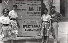 1957 en Polonia, por una sola vez dice el cartel, se presenta Margot Loyola con el Conjunto Cuncumen, del cual formaba parte Victor Jara (santiagonostalgico) Tags: violeta parra chile musica cancion víctor jara cantante asesinado