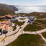 Luftaufnahme von geparkten Reisebussen an der Küste von Cabo da Roca thumbnail