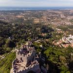 Luftaufnahme von der Burg Castelo Dos Mouros mit Landschaft im Hintergrund thumbnail