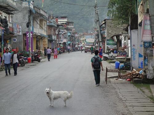 Voici la rue principale vers midi
