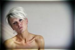 gevignetteerd (roberke) Tags: portrait portret woman vrouw female femme face gezicht availablelight naturallight daglicht