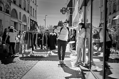 Chat-up (Nicolas Winspeare) Tags: sony a7r3 35mm street bw streetphotography urban decisive moment black white mono monochrome candid france people contrast streetview