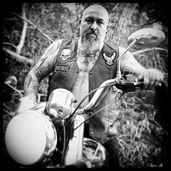 El Gringo (Marco . Vite) Tags: monocromo motociclista motorcycle motorbike motero tatoos moto motorista fujifilmx100 fujifilm