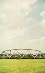 img922-8 (hht12345678i9) Tags: film canon ae1 street photography sky sober 菲林 底片 攝影 taiwan 台灣 oldbridge grassland building dripdrop
